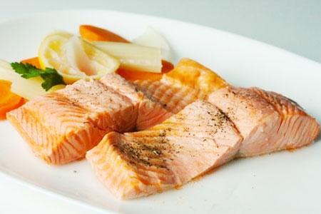 Рецепт: припущеный лосось с овощами