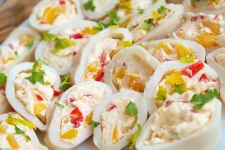 Рецепт: Кальмар фаршированный яйцом и перцем