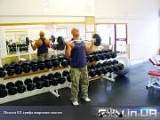 Упражнение: Подъем EZ-грифа широким хватом