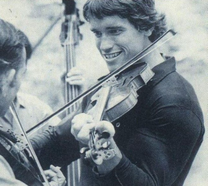 Арнольд Шварценеггер играет на скрипке