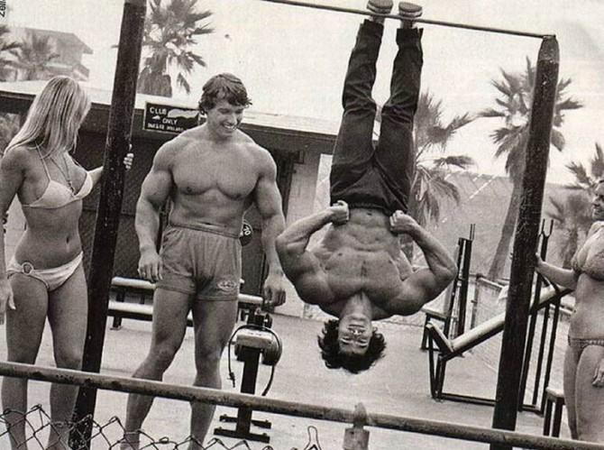 Арнольд Шварценеггер и Франко Коломбо на пляже